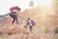 Père et fille augmentant s'élever en montagnes Image stock
