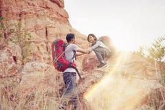 Père et fille augmentant s'élever en montagnes Photo stock