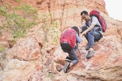 Père et fille augmentant s'élever en montagnes Photographie stock libre de droits