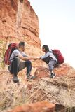 Père et fille augmentant s'élever en montagnes Photos stock