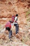 Père et fille augmentant s'élever en montagnes Image libre de droits