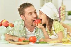 Père et fille avec la nourriture Photo libre de droits