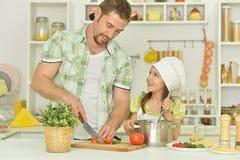 Père et fille avec la nourriture Photographie stock