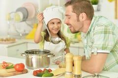 Père et fille avec la nourriture Photographie stock libre de droits