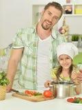 Père et fille avec la nourriture Photo stock