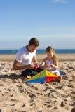 Père et fille avec le cerf-volant Photographie stock