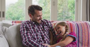 Père et fille ayant l'amusement dans une maison confortable 4k clips vidéos