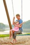 Père et fille balançant ensemble Photographie stock libre de droits