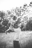 Père et fille contre des arbres et la lumière du soleil Images libres de droits