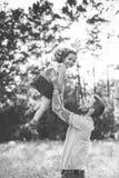 Père et fille contre des arbres et la lumière du soleil Photo libre de droits