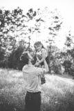 Père et fille contre des arbres et la lumière du soleil Images stock