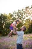 Père et fille contre des arbres et la lumière du soleil Image libre de droits