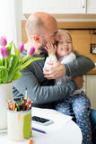 Père et fille dans la cuisine photo libre de droits