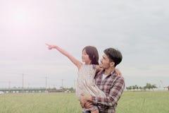 Père et fille dans le bonheur à l'extérieur Photos libres de droits