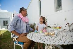 Père et fille dans le costume féerique ayant l'amusement Photos libres de droits