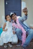 Père et fille dans le costume féerique prenant un selfie Photos libres de droits