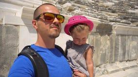 Père et fille de daugher marchant dans l'amphithéâtre antique clips vidéos
