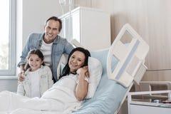 Père et fille de lancement rendant visite à leur mère dans l'hôpital Photos stock