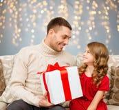 Père et fille de sourire avec le cadeau de Noël Photographie stock