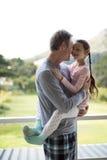 Père et fille de sourire s'embrassant dans le balcon Images libres de droits
