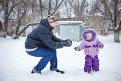 Père et fille en parc d'hiver Photo libre de droits