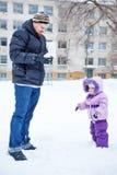 Père et fille en parc d'hiver Photographie stock