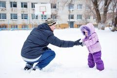 Père et fille en parc d'hiver Images stock