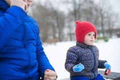 Père et fille en parc sur un banc Photographie stock