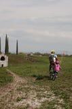 Père et fille entrant dans la bicyclette Photographie stock libre de droits