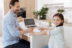 Père et fille faisant les tâches à la maison ensemble Images libres de droits