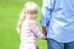 Père et fille faisant un tour Photo stock