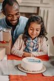 Père et fille heureux d'Afro-américain photo libre de droits
