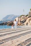 Père et fille heureux de famille sur la plage ayant l'amusement Photos stock