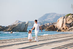 Père et fille heureux de famille sur la plage ayant l'amusement Image libre de droits