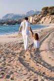 Père et fille heureux de famille sur la plage ayant l'amusement Images libres de droits