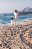 Père et fille heureux de famille sur la plage ayant l'amusement Photographie stock libre de droits