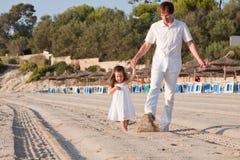 Père et fille heureux de famille sur la plage ayant l'amusement Photo stock