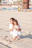 Père et fille heureux de famille sur la plage ayant l'amusement Images stock