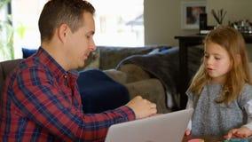 Père et fille jouant avec de l'argile dans le salon banque de vidéos
