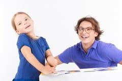 Père et fille jouant avec des cartes Photographie stock