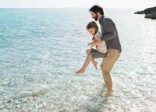Père et fille jouant par la mer dans le Pula Croatie image stock