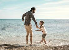 Père et fille jouant sur la plage dans le Pula Croatie photographie stock