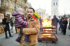 Père et fille le Jour de la Déclaration d'Indépendance lithuanien Photos libres de droits