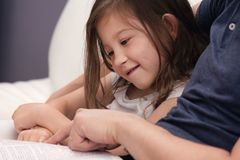Père et fille lisant la bible photo stock