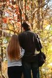 Père et fille marchant en parc Photos stock