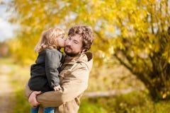 Père et fille marchant ensemble, jour d'automne Photos stock