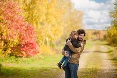 Père et fille marchant ensemble, jour d'automne Photographie stock libre de droits