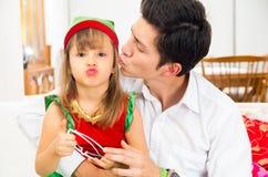 Père et fille mignonne envoyant des baisers pour Photographie stock