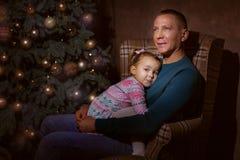 Père et fille près d'un arbre de Noël Photo libre de droits