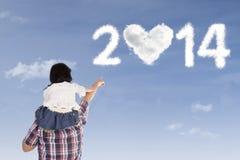 Père et fille regardant les nuages formés de 2014 Photographie stock